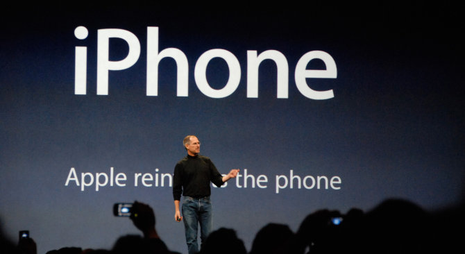 "Steve Jobs pristato ""iPhone"""