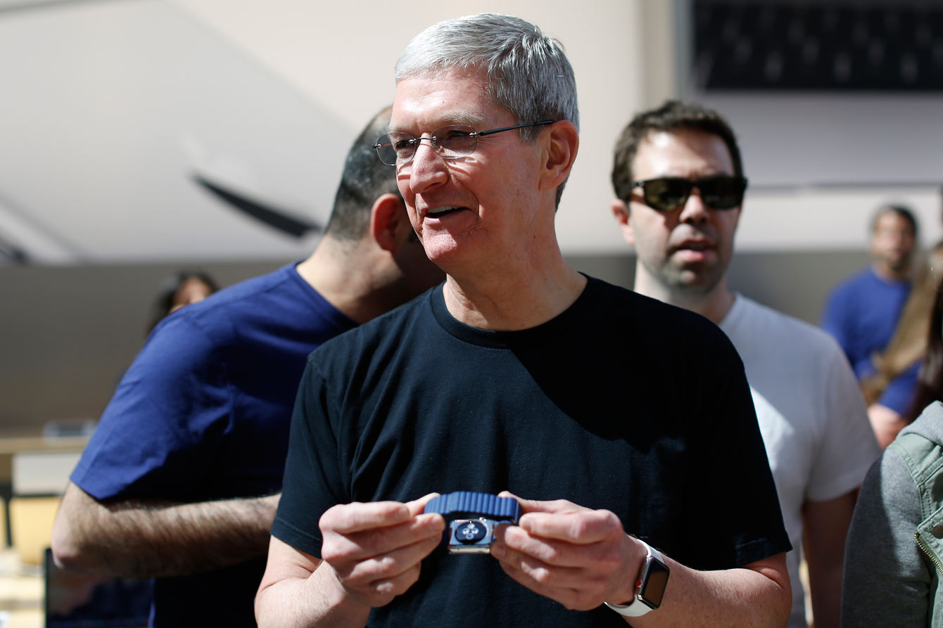 Tim Cook ir Apple Watch. Nuotrauka: Reuters